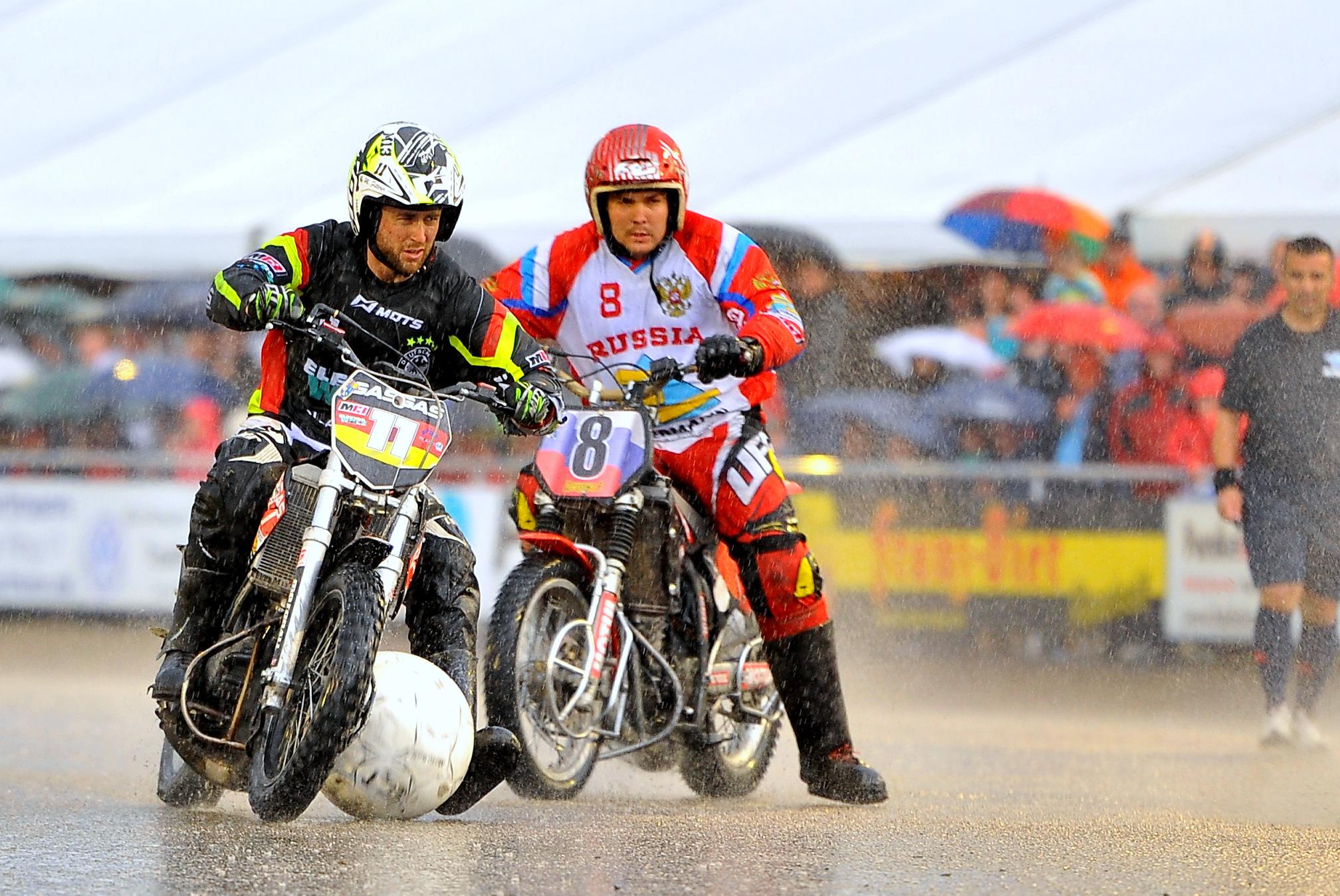 【モトボール】バイクでサッカー!?時速105km超の世界最速チームスポーツ