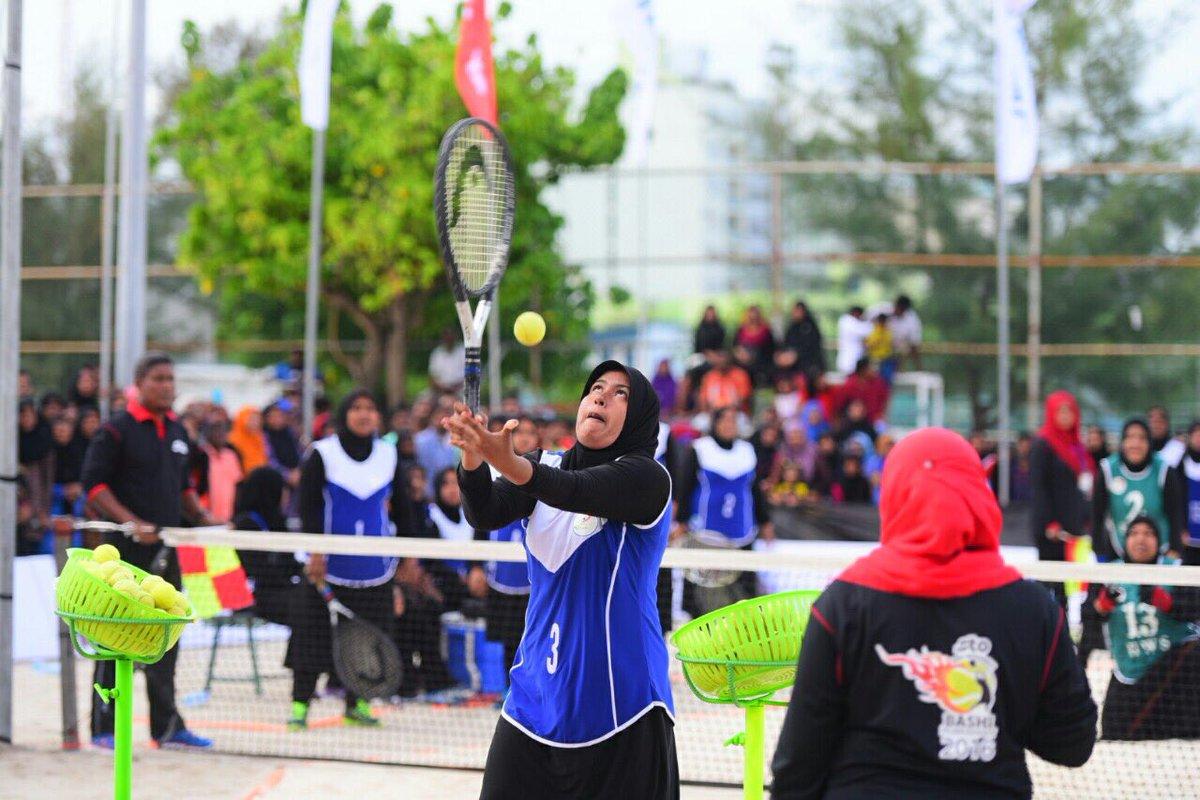 バシ|モルディブ女性のみプレーできる背面サーブスポーツ